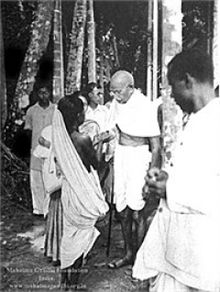 12-17-17-220px-Gandhi_in_Noakhali